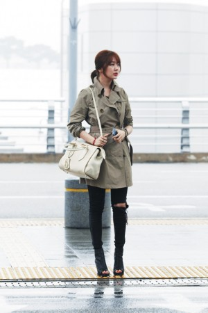 n_Eun_Hae_wearing_Burberry_trench_coat_and_Burberry_bag_at_T