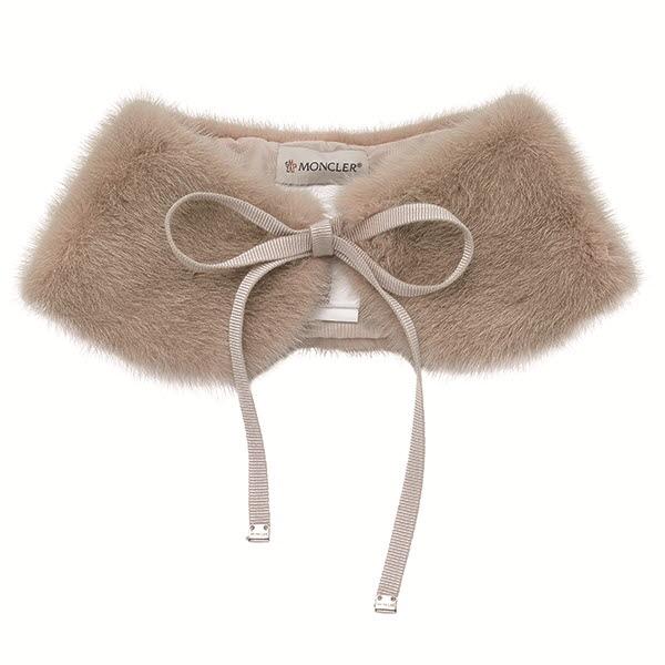 그로그랭 리본 디테일이 사랑스러운 토끼털 넥 칼라 장식 가격 미정 몽클레르.